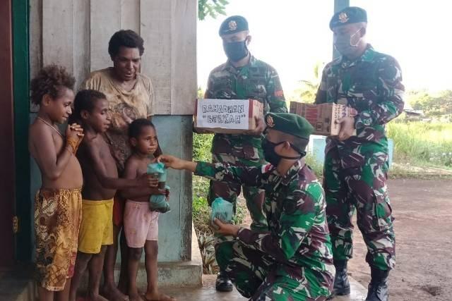 Berbagi Takjil di Tapal Batas, Ini Cerita Prajurit TNI Yonif 411/Pdw Kostrad
