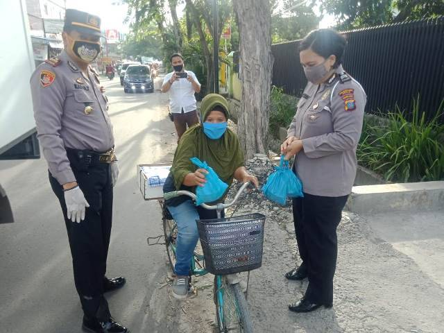 Polsek Helvetia Berbagi 500 Takjil untuk Masyarakat di Jalan Matahari Raya
