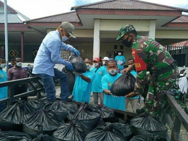 Babinsa Koramil 1710-02/Timika dan Relawan Covid-19 Bagikan Sembako ke Masyarakat