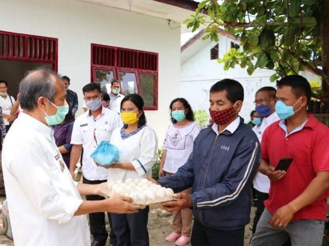 Wabup Tobasa Hulman Sitorus Berbagi Sembako untuk Guru dan Pegawai Honorer Siantar Narumonda