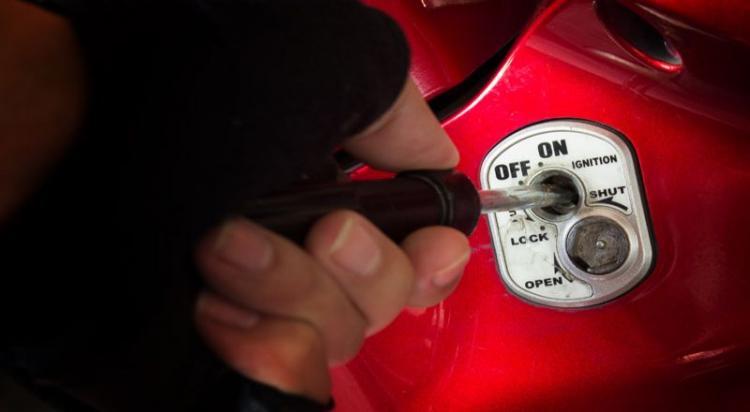 Kepergok Curi Motor di Komplek Cemara Asri, ES Babak Belur Dihajar Warga