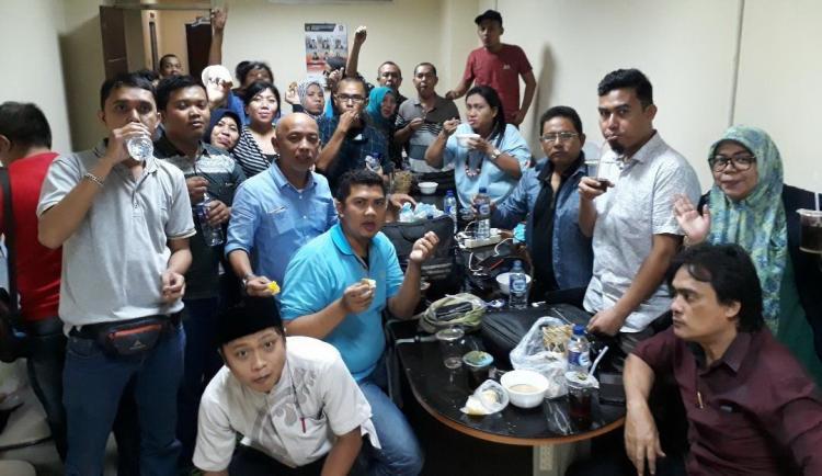 Buka Puasa Ala Wartawan DPRD Medan, Sederhana Tapi Penuh Kekompakan