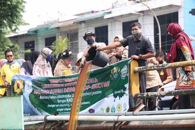 Unpab bersama Yayasan Budaya Hijau Indonesia Cuci Sungai di 3 Lokasi di Medan dengan Cairan Ekoenzim