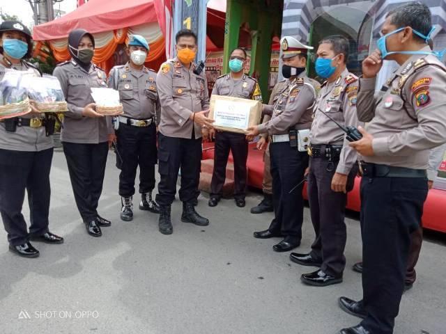 Polsek Medan Area Bagikan Bingkisan Lebaran Kepada Petugas Pos Pam I Thamrin