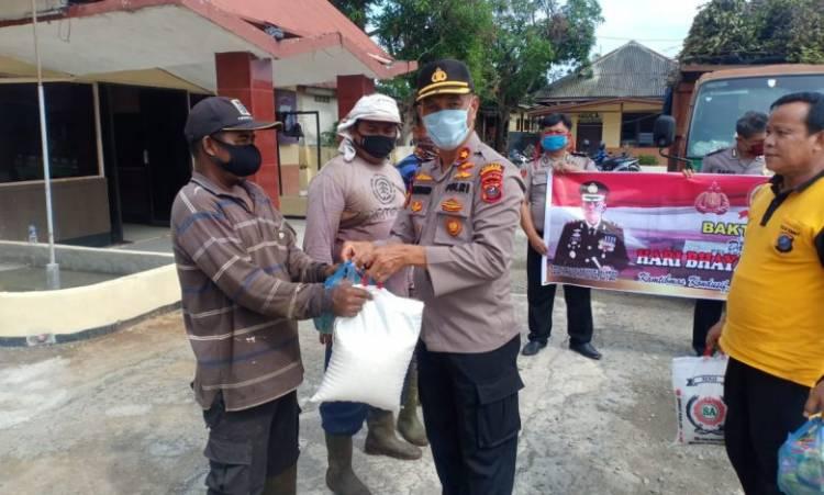 Polsek Medan Belawan Sambut HUT Bhayangkara ke-74 dengan Berbagi Sembako untuk Petugas Kebersihan dan Nelayan