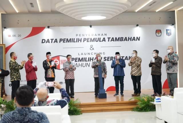 Pilkada Mundur, Kemendagri Serahkan DP4 Pemilih Pemula ke KPU