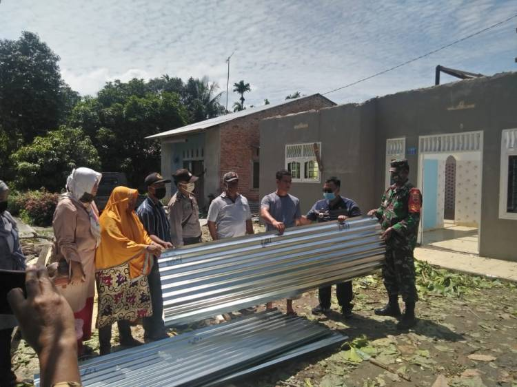 Polsek dan Muspika Kecamatan Batang Kuis Salurkan Bantuan Material kepada Warga yang Tertimpa Musibah