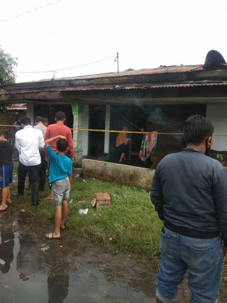 Kebakaran Hanguskan Dua Rumah Permanen di Jalan Budi Luhur Medan Helvetia