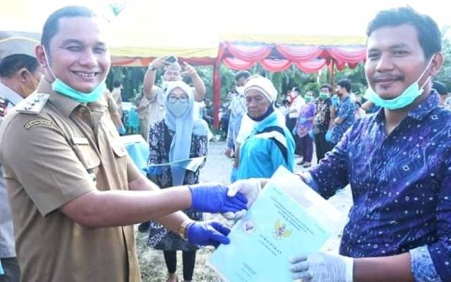 Bupati Tapteng Serahkan 1.000 Sertifikat Tanah Objek Landreform kepada Masyarakat Kecamatan Sirandorung