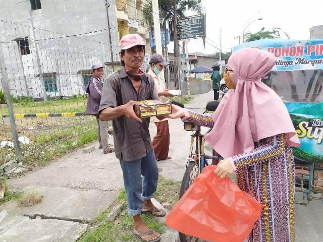 """Terinspirasi dari Program """"Ayo Tengok Tetangga"""", IRT Berbagi Nasi Kotak untuk Abang Becak, Pemulung dan Pedagang di Helvetia"""