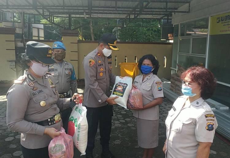 Sambut HUT ke-74 Bhayangkara, Kapolsek Medan Baru Bagikan Bingkisan Kepada PNS dan PHL