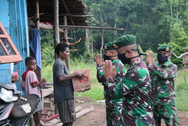 Satgas Pamtas RI-PNG Yonif 411 Keliling Kampung Kirely Berbagi Bubur Kacang Hijau