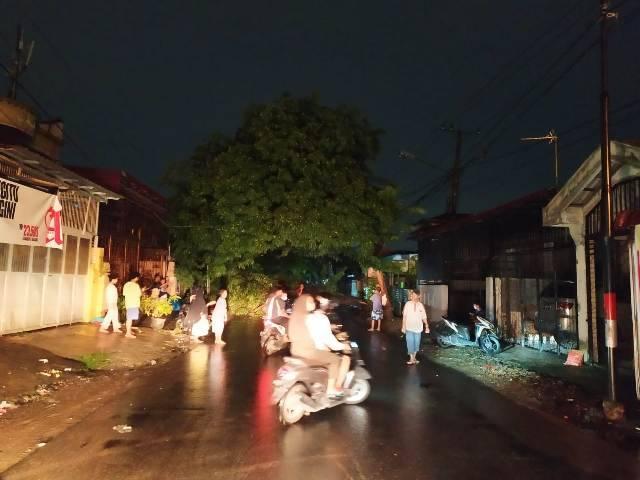 Petugas Polsek Medan Helvetia Bersama Warga Evakuasi Pohon Tumbang