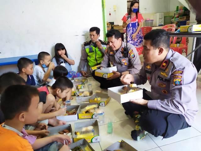 Kapolsek Helvetia Makan Siang Bersama Anak Yatim Piatu di Panti Asuhan Permata Hati Medan