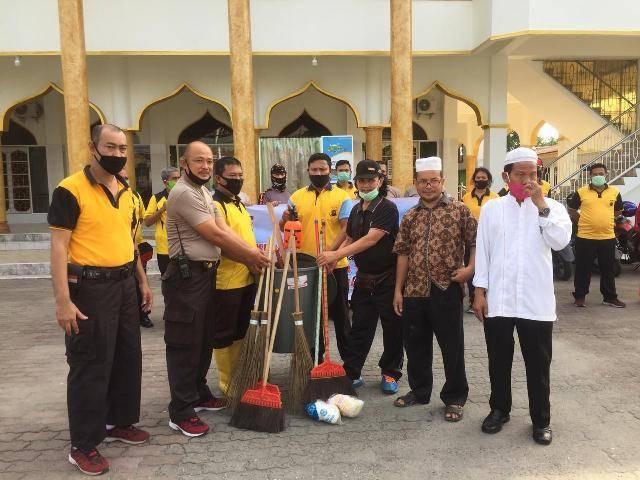 Jelang Hari Bhayangkara ke-74, Sat Sabhara Polrestabes Medan Bersihkan Rumah Ibadah