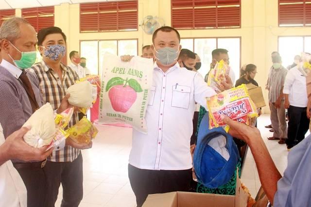 Walikota dan Wakil Walikota Gunungsitoli Pimpin Penyaluran Bansos Sembako Secara Serentak di Enam Kecamatan