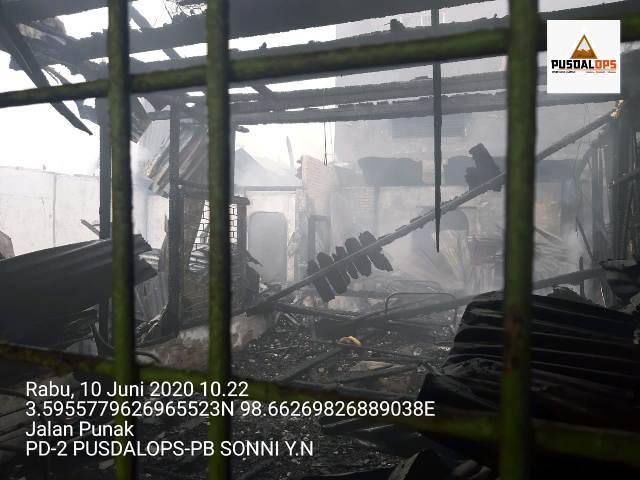Kebakaran di Jalan Punak Medan Petisah, 10 Rumah Hangus Terbakar