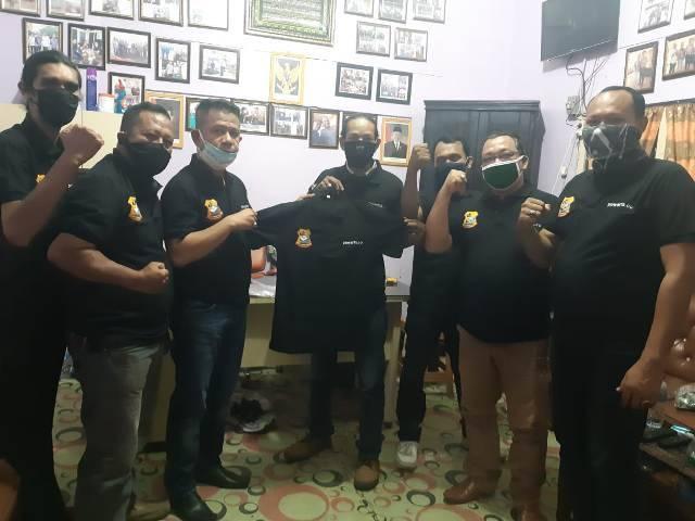 Ketua Pewarta Polrestabes Medan Berbagi Uniform untuk Pengurus dan Anggota