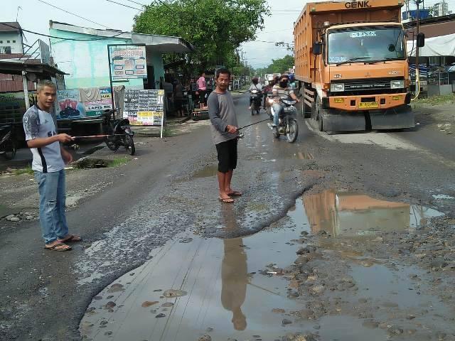 Jalan Rusak dan Berlubang di Jalan Pertahanan Kecamatan Patumbak Jadi Tempat Mancing Warga