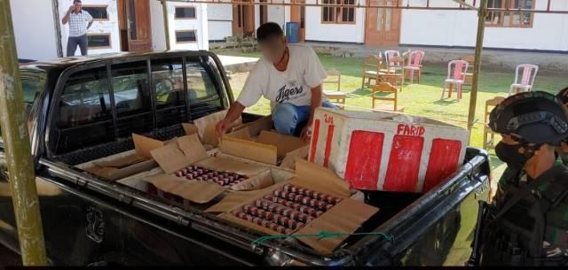 Bawa 312 Botol Miras Ilegal, Pria Ini Diamankan Satgas Yonif 754 Kostrad di Distrik Bonggo Papua