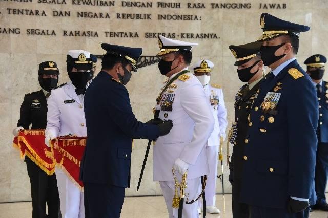Panglima TNI Sematkan Tanda Kehormatan Bintang Dharma untuk Kasal dan Kasau