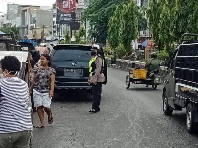 Bantu Sopir, Seorang Polisi Dorong Angkot 135 Mogok di Pasar Sei Sekambing Medan