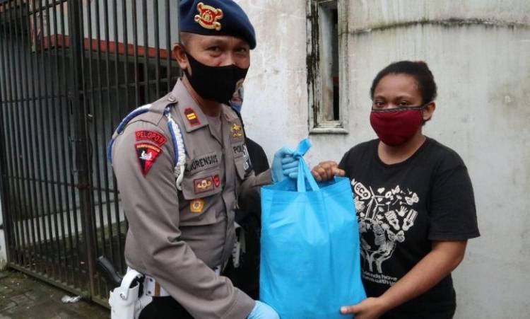 Brimob Polda Sumut Gulirkan Sembako untuk Mahasiswa Papua di Kota Medan, Sambut Hari Bhayangkara ke-74