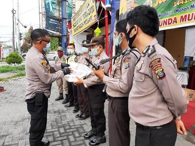 Kapolsek Medan Timur Serahkan APD Kepada Personel Pospam 3 Jalan Cemara