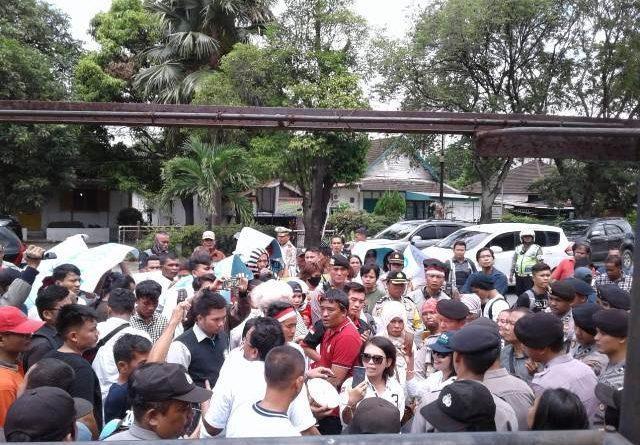Unjuk Rasa AMARA PEDAS Soal Pilgubsu Memanas, Polisi Nyaris Bentrok