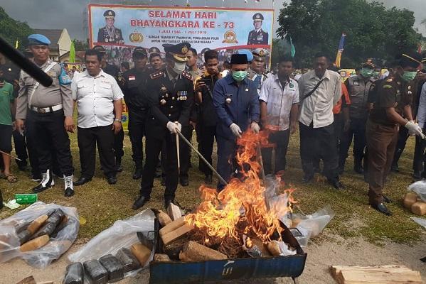 HUT ke-73 Bhayangkara, Polres Labuhanbatu Musnahkan Sitaan Narkoba dan Judi