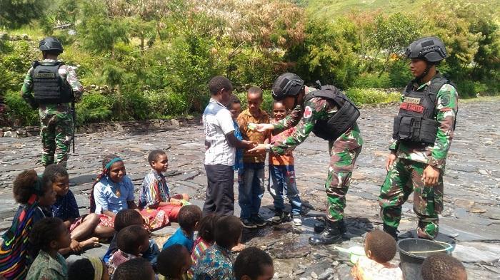 Satgas Pamtas RI-PNG Yonif Raider 514/SY Ajarkan Anak-anak di Kampung Karubate Mencuci Tangan