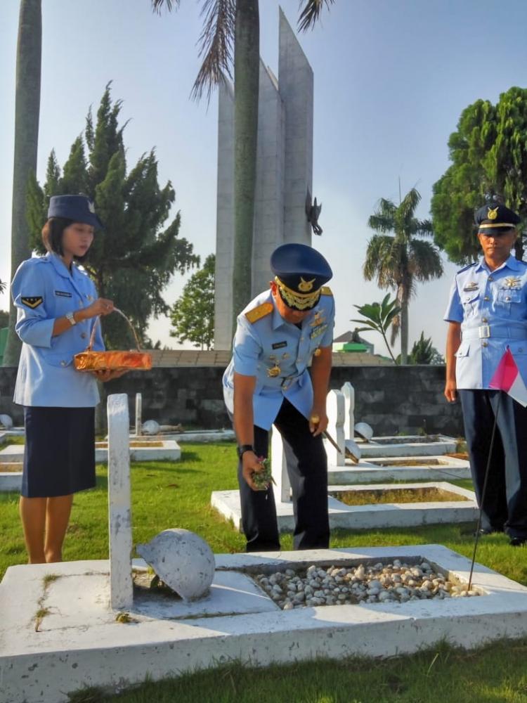 Pangkosek Hanudnas III Marsekal Pertama Djhon Amarul Ziarah ke Makam Pahlawan Bukit Barisan