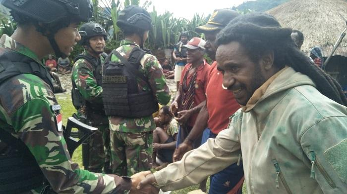 Satgas Pamtas RI-PNG Yonif R 514/SY Bantu Warga Kampung Dondonbaga yang Berduka