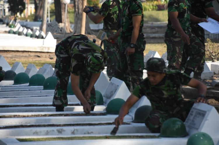 Ratusan Prajurit Korem Bersih-Bersih Taman Makam Pahlawan