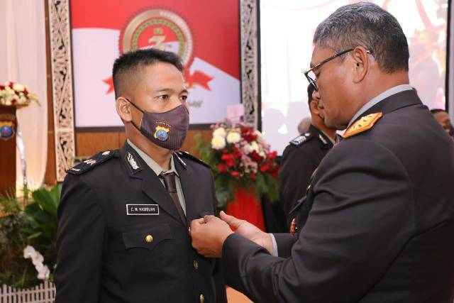 Kapolda Sumut Berikan Penghargaan Polisi Teladan untuk Aipda Chandra Hasibuan dari Polsek Helvetia