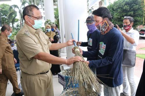 Komunitas Masyarakat Medan Bersih Serahkan 1.000 Keranjang Sampah dan Sapu Lidi untuk Pemko