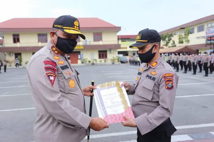 49 Personil dari Sejumlah Polsek Jajaran Polrestabes Medan Terima Penghargaan