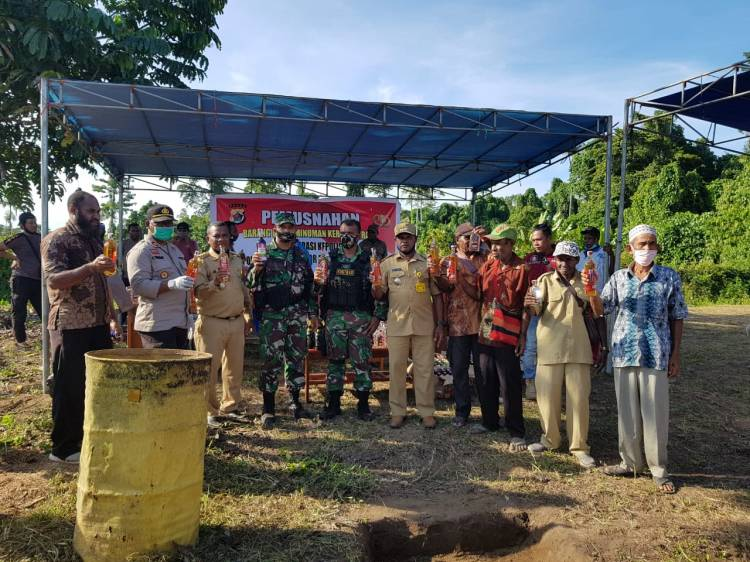 Menyambut Hari Bhayangkara ke-74, TNI - Polri Musnahkan 1.034 Botol Miras