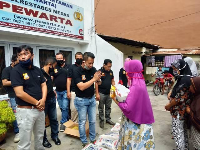 Jelang Idul Adha, Ketua Pewarta Polrestabes Medan Bagikan Santunan Sembako untuk Pengurus dan Warga Terdampak Corona