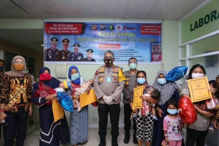 Kapolda Sumut Martuani Sormin Serahkan Tali Asih untuk Balita Pasien Operasi Bibir Sumbing Gratis
