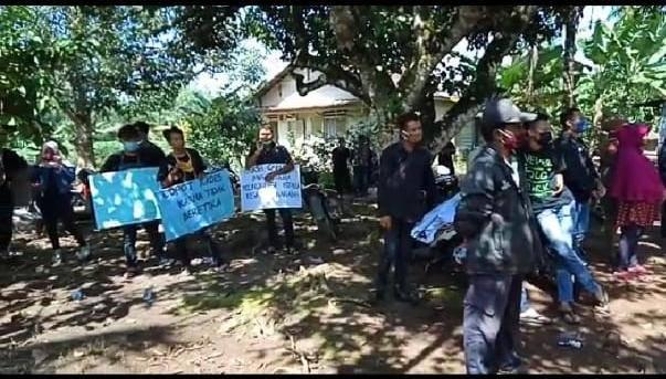 Minta Kades Dicopot, Puluhan Warga Demo Kantor Desa Sei Karang