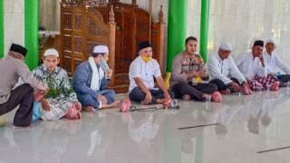 Kapolsek Percut AKP Ricky Pripurna Atmaja Berbagi Nasi Bungkus ke Jamaah Mesjid Al Muslimin