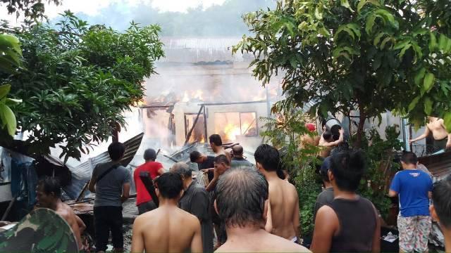 Kebakaran Hanguskan 5 Unit Rumah Permanen di Jalan Kolonel Yos Sudarso Lorong 5 Pulo Brayan