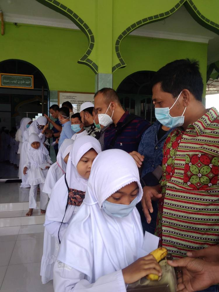 Jumat Barokah, Satuan Narkoba Polrestabes Medan Bagikan Santunan Kepada 70 Orang Anak Yatim