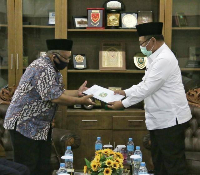 Plt Walikota Medan Serahkan Perwal Kota Medan Nomor 27 Tahun 2020 ke Pengurus Pesantren Raudhatul Hasanah