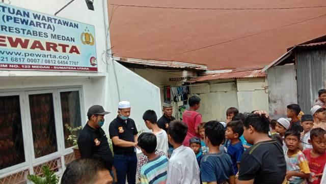 100 Anak Yatim Terima Santunan Jumat Barokah dari Pewarta Polrestabes Medan