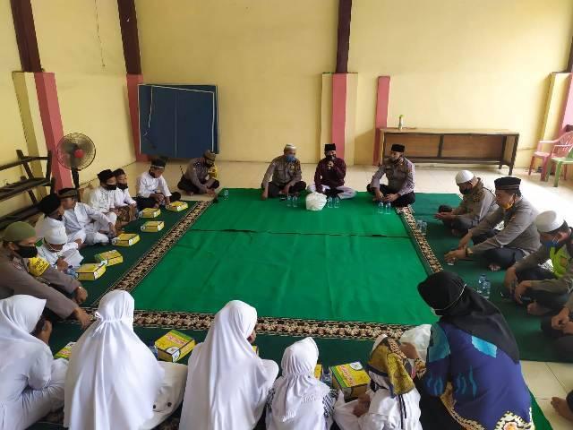 Polsek Helvetia Ngaji Bareng dan Bagikan Sembako untuk Anak Yatim Piatu Masjid Al-Ikhlas Setia Luhur