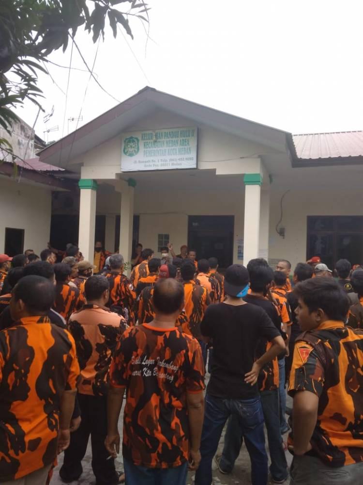 Ratusan Massa PP Medan Area Datangi Kantor Lurah Pandau Hulu II, Perkara Pencabutan Plang