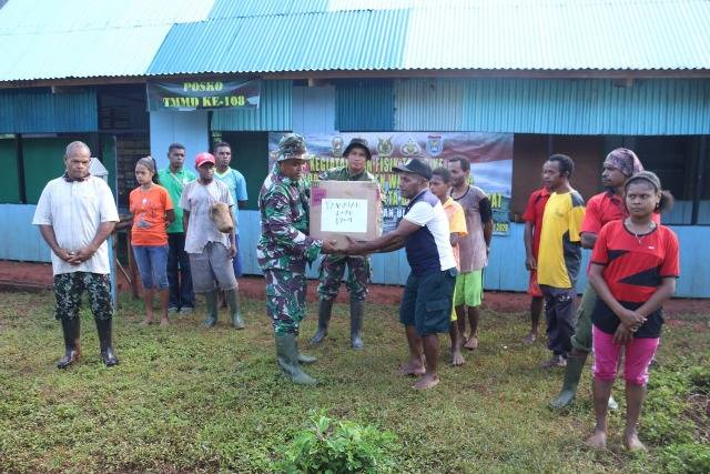Satgas TMMD 108 Kodim Yawa Bagikan Pakaian untuk Warga Kampung Toweta dan Natabui