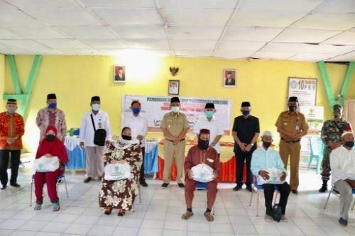 Akhyar Salurkan Bantuan Zakat untuk 100 Warga Kurang Mampu di Belawan